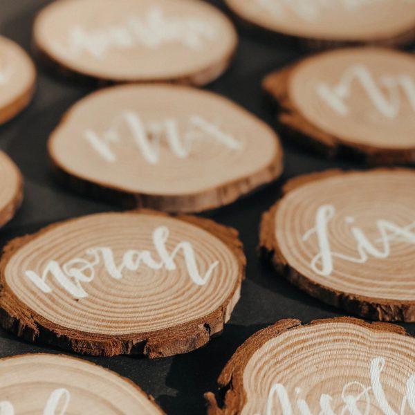 Die beschrifteten Astscheiben können als Namensschild oder Geschenkanhänger für Taufe, Geburtstag, Kinderkommunion oder Hochzeit verwendet werden