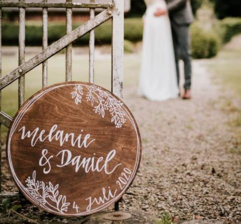Geschenkidee für die Hochzeit - rundes Holzschild mit Blumenkranz, personalisierbares Geschenk