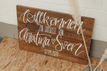 Das braune Willkommensschild begrüßt deine Gäste auf deiner Hochzeit.