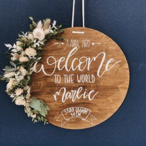 Das personalisierbare Holzschild ist ein prima Geschenk zur Geburt. Es kann mit dem Namen und den Geburtsdaten beschriftet werden. Es macht sich gut in jedem Kinderzimmer. Trockenblumen machen es zum absoluten Hingucker.