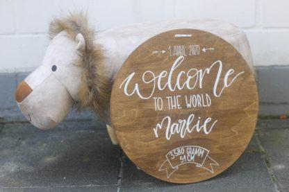 Das personalisierbare Holzschild ist ein prima Geschenk zur Geburt. Es kann mit dem Namen und den Geburtsdaten beschriftet werden. Es macht sich gut in jedem Kinderzimmer.