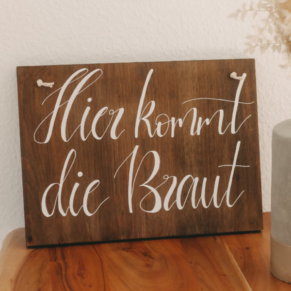 Hier kommt die Braut Holzschild für die standesamtliche oder kirchliche Trauung - perfekte Geschenkidee für die Hochzeit