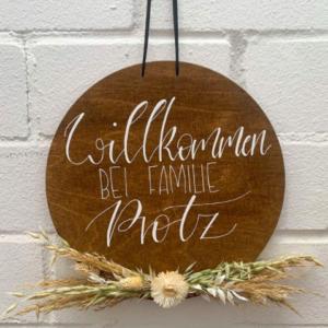 rundes Willkommensschild aus Holz, personalisierbares Geschenk, mit Trockenblumen