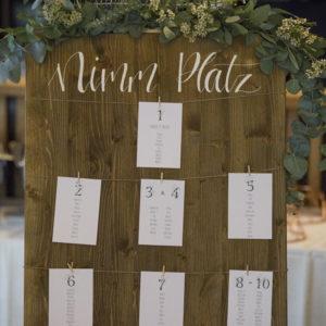 Der Sitzplan mit Faden und Klammern eignet sich perfekt für die Hochzeit.