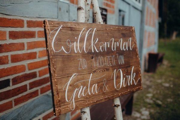Willkommensschilder aus Holz in verschiedenen Farben und Größen bestellbar, perfekt für die Hochzeit