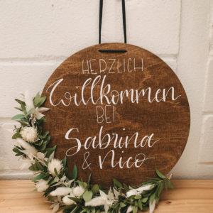 rundes Willkommensschild aus Holz, personalisierbares Geschenk, mit Eukalyptus und Trockenblumen