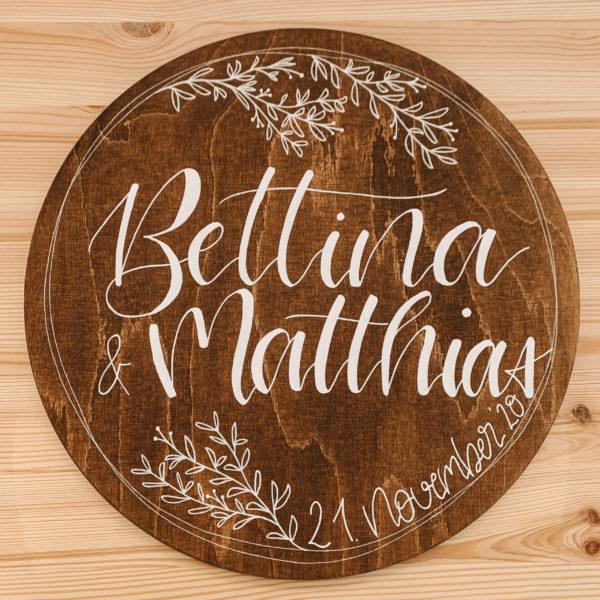 Rundes Holzschild mit Namen als Geschenkidee zur Hochzeit, personalisiertes Geschenk mit Namen und Hochzeitsdatum