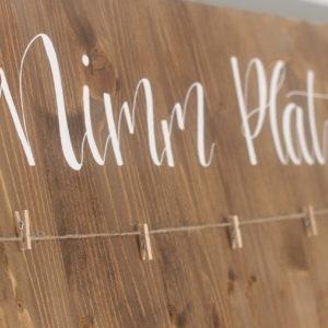 Sitzplan aus Holz mit Kordel und Klammern zum Aufhängen