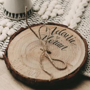 Alternatives Ringkissen aus Holzscheibe - eine tolle Idee für deine Hochzeit
