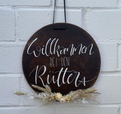 Das runde Willkommensschild eignet sich perfekt für die Wohnungstüre. Es ist mit dem Familiennamen und den Trockenblumen auch eine schöne Geschenkidee für die Hochzeit.
