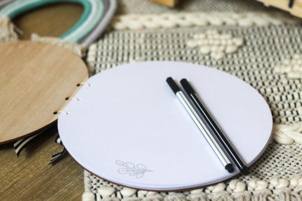 Das runde Gästebuch aus Holz eignet sich perfekt als Gästebuch für die Babyparty oder Taufe