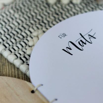 Das runde Gästebuch aus Holz ist mit einer individuellen Personalisierung erhältlich