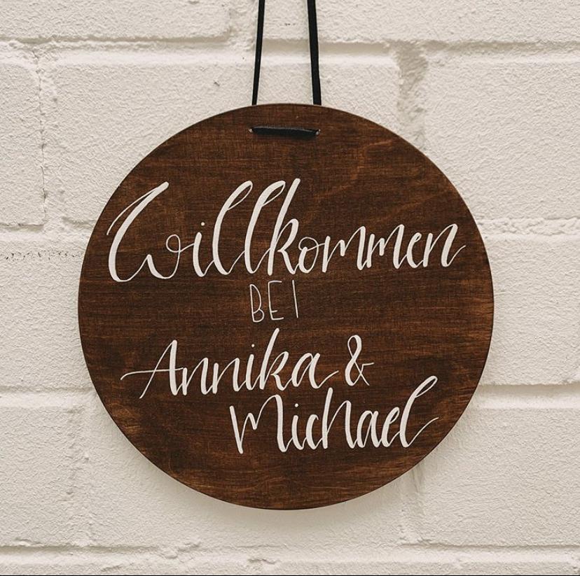 rundes Willkommensschild aus Holz, personalisierbares Geschenk, mit Wunschnamen