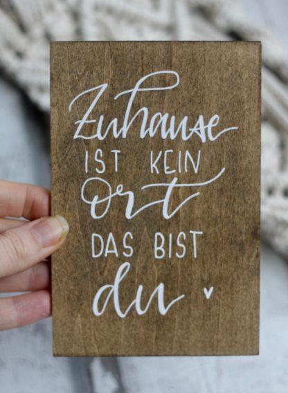Die Postkarte aus Holz kann mit deinem Lieblingsspruch personalisiert werden.