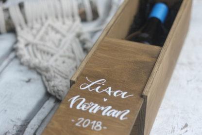 Geschenkidee zur Hochzeit oder zum runden Geburtstag: Beschriftete Weinkiste mit Namen und Datum